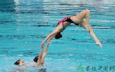 游泳男教练被强行掏裆