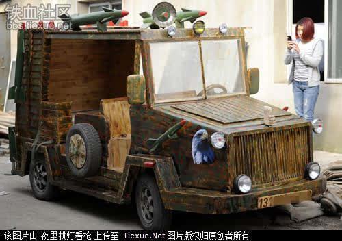 这辆木质战车是刘福龙去年8月份开始制作的,迷彩车身上可携带十四枚