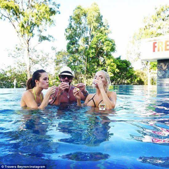澳洲任性土豪借美女充当家具 荒唐炫富引质疑