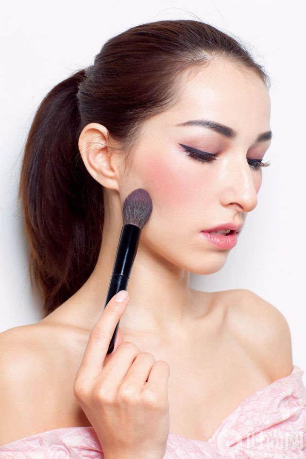 可以从颧骨到笑肌斜向上的方向进行涂抹,旨在将线条拉长,修饰脸型