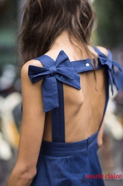 露逼的骚女人_露背领裙装能够显露出女人魅力肩颈线条,蝴蝶骨增添立体感