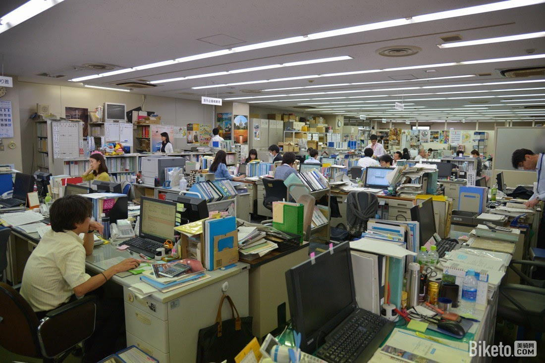 长崎县观光旅游办公室,非常典型的日本办公室,紧凑而利用率极高,相比