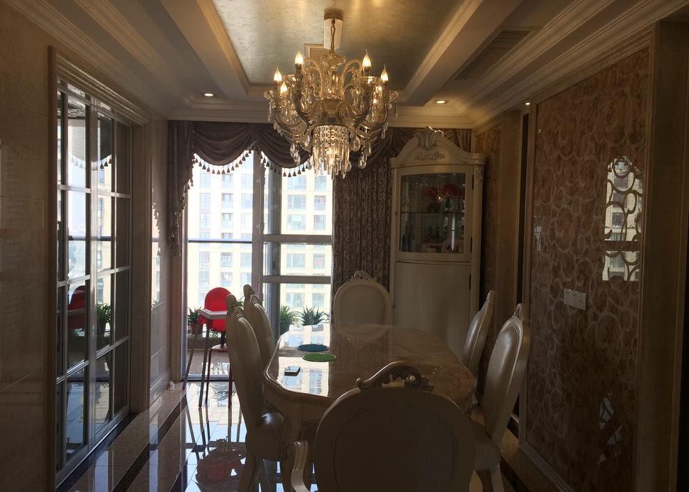餐厅实木白色餐椅苗银边.背景墙大理石和瓷砖雕花,灰色镜子.