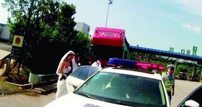 湖南 送亲路上出故障 巡逻警车变婚车 图