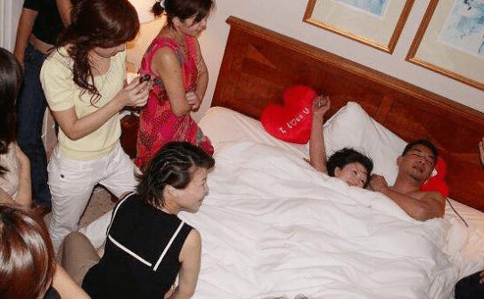 洞房之夜丈母娘亲临指导引争议 小姨子全程观摩图片