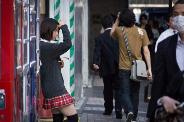 日本女高中生:双腿张开穿内裤服务