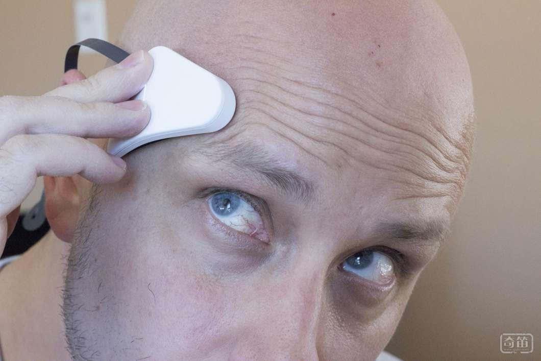 打开产品电源,并且把它和移动设备匹配之后,它就会开始发送低级电脉冲到你的脑部,时长约为5-10分钟(听起来有点恐怖,我知道,但请耐心地等一分钟)。两块黏着垫,加上你的身体,形成一个电流,而电流强度可以通过应用自己调适。   这种电流能够激活你脑子里的通路,让你感觉冷静沉着,或者是充满活力。它的功效就跟冥想和药物差不多,它能改善你的情绪状态,而这种情绪的改善如果靠自己的话会比较困难。   它的关键就在于黏着垫的位置:Thync认为,它是通过找到正确的目标区域,来改变大脑自然应激反应的方向。其中一条线会