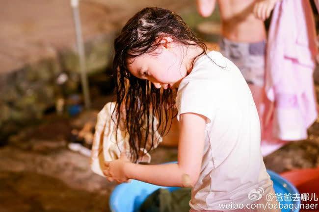 美人出浴小公主夏天独自打水洗头 画面纯净无暇