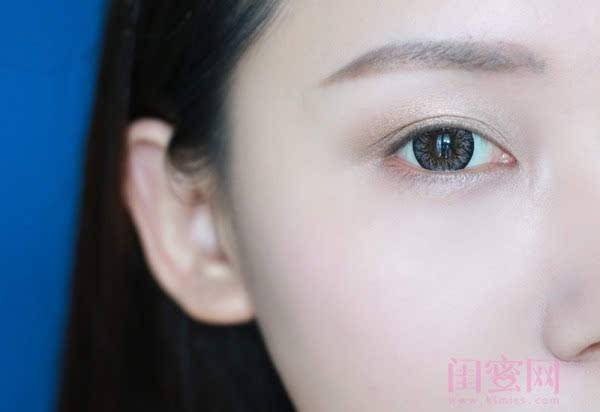【闺蜜体验团】眼窝骨干和睫毛膏示范一个简单的妆容插图6