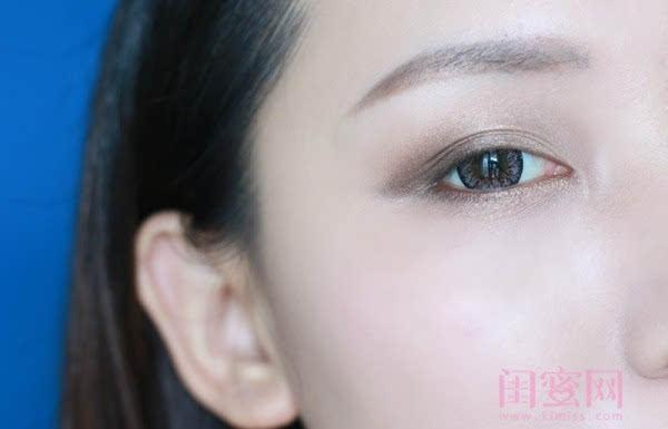 【闺蜜体验团】眼窝骨干和睫毛膏示范一个简单的妆容插图8