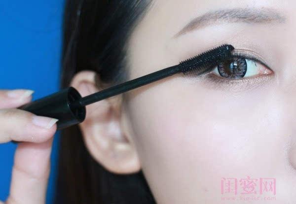 【闺蜜体验团】眼窝骨干和睫毛膏示范一个简单的妆容插图11