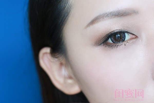 【闺蜜体验团】眼窝骨干和睫毛膏示范一个简单的妆容插图12