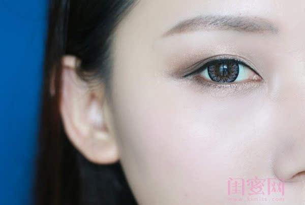 【闺蜜体验团】眼窝骨干和睫毛膏示范一个简单的妆容插图9