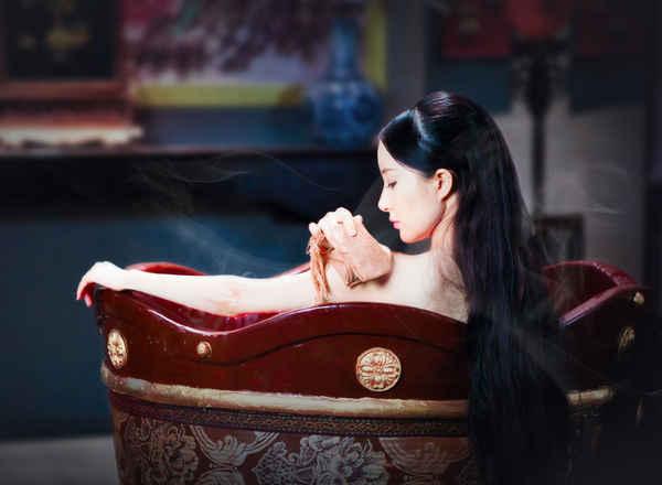 瀑布沐浴美女图片