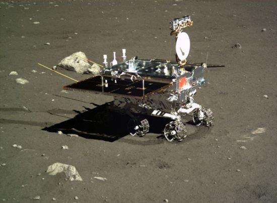 """月球车""""玉兔""""近照,由嫦娥三号于2013年释放至月球表面"""