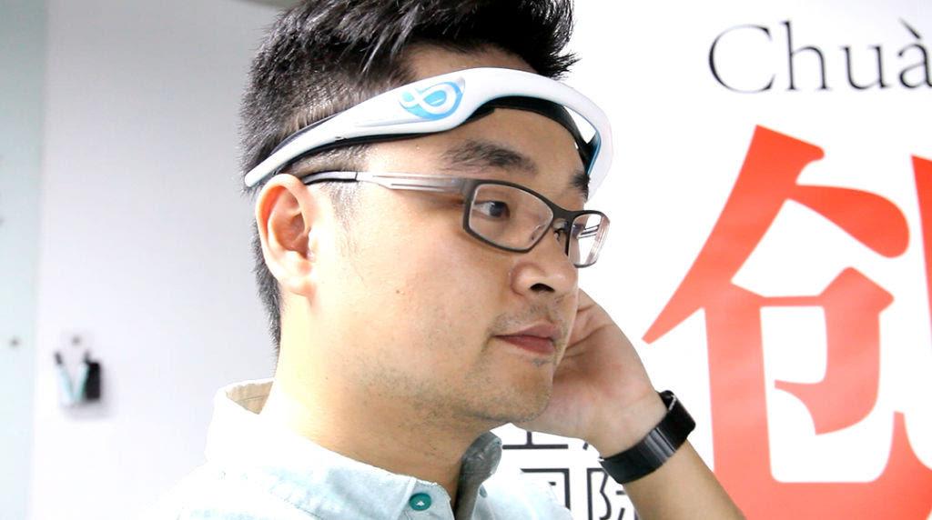 用强大的念力隔空取物,只需一个眼神就能控制精密仪器的超能力我们都曾经幻想拥有。这种只在科幻电影里出现的力量在智能硬件创客的眼里好像并不那么神秘了。BrainLink 智能头箍是由深圳市宏智力科技有限公司专为iOS 系统研发的配件产品,它是一个安全可靠,佩戴简易方便的头戴式脑电波传感器。作为一款可佩戴式设备,它可以通过蓝牙无线连接手机、平板电脑、手提电脑、台式电脑或智能电视等终端设备。配合相应的应用软件就可以实现意念力互动操控。它能让手机或平板电脑即使了解到您的大脑状态,例如是否专注、紧张、放松或疲