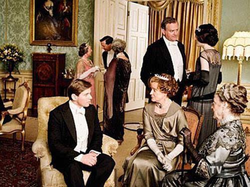 男士必须穿着燕尾服,戴高帽.女士则必须穿着长袍,戴手套和帽子.