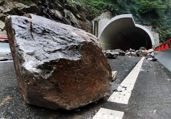 湖北宜昌一 客车被 几百斤 滚石砸中 1人死亡1人高清图片