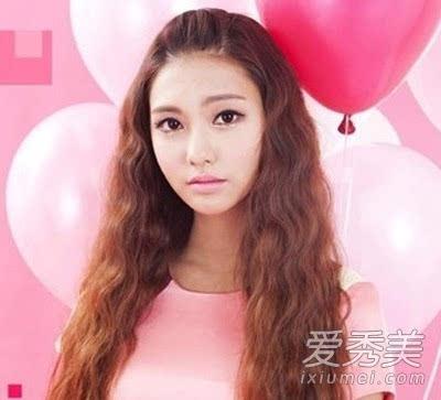 小清新感的女生无刘海的长发泡面头发型,搭配深棕色的染发色,是一款很图片
