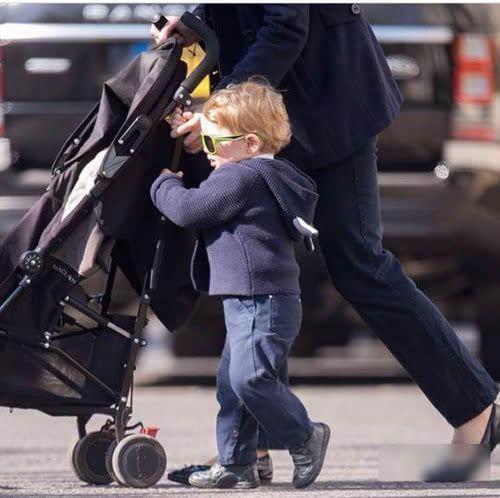 2岁乔治王子公园玩耍 肉脸炸毛戴墨镜炫酷