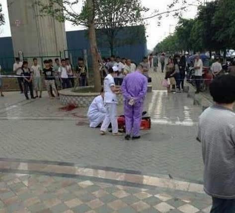 ...汉职中男生当街捅死同学 被抓后对尸体下跪图图片 29041 473x430