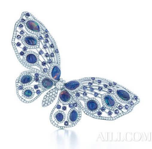 Tiffany & Co.蒂芙尼蜜蜂造型胸针 萌宠走兽的异想珠宝世界 在珠宝设计中,萌萌的动物永远都是不可或缺的灵感源泉,展现出生物姿态,不仅让珠宝夺目光彩,同时也可以栩栩如生。一件精美的珠宝,因钻石镶嵌而美丽,更因精湛的工艺制作,让它散发出惊艳的魅力与价值。