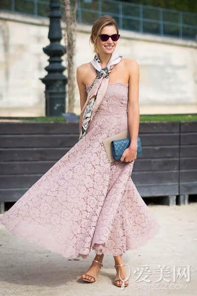 搭配要点:白色蕾丝连衣裙+深蓝色短款夹克+裸粉色