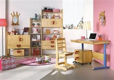 在儿童房空间的选材上,宜以柔软,自然素材为佳,如地毯,原木,壁布或
