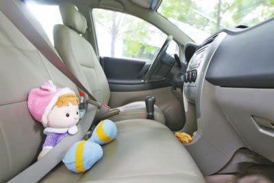 让儿童系原车安全带 抱着宝宝坐副驾驶位