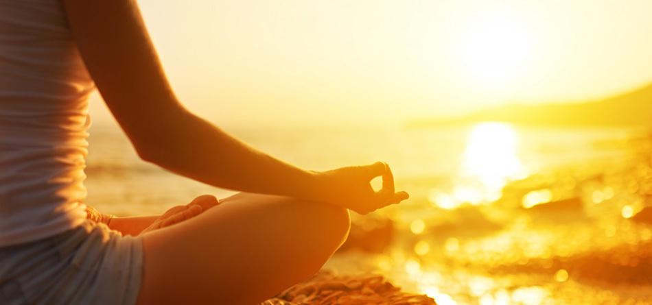 女孩 打坐 冥想 海滩 唯美壁纸
