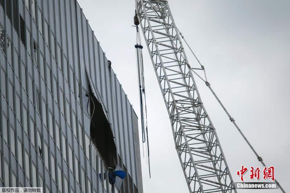 当地时间2015年5月31日,美国纽约曼哈顿一正在高层建筑物顶层位置作业