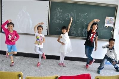 这拨孩子很用心,在教室内通过手抄报,展板等方式介绍马云的求学,创业