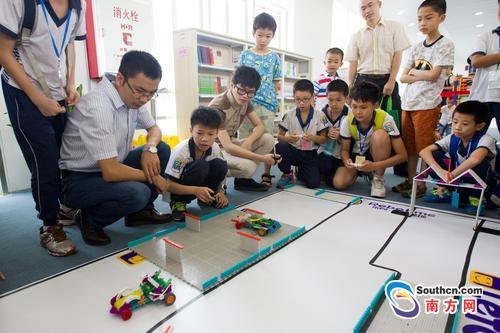 在广州市少年儿童图书馆新馆科普馆,小朋友在畅玩科技游戏.