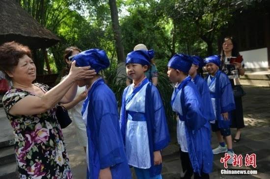 儿童节主题活动,邀请当地小学生在仰止堂吟诵杜甫诗歌,穿上古装游草堂