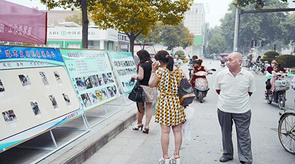 市民驻足观看不文明图片展 为拓宽双创工作宣传监督渠道,提升居民文明素质,6月1日,卧龙区双创工作指挥部在市城区中州路、文化路举办双创图片展,集中曝光不文明行为。 在活动现场,内容丰富的展板吸引了许多居民驻足观看。据了解,本次图片展展出1000余幅照片,主要内容包括不注意环境卫生、不遵守交通秩序、不爱护公共设施、不文明经营等5大类,涵盖了随地吐痰、乱丢杂物、闯红灯、纵容宠物随地便溺等19个小项。 据了解,展板上的图片都是由该区单位工作人员通过照相机、手机或监控,对分包区域存在的不文明行为进行抓拍