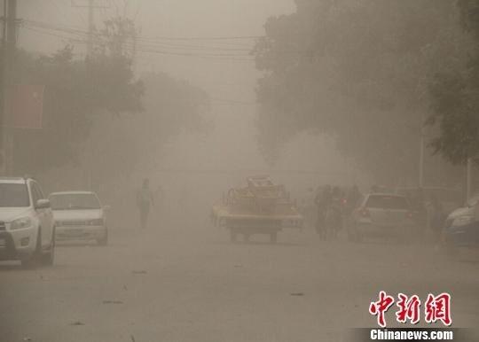 新疆阿克苏地区出现大风沙尘天气