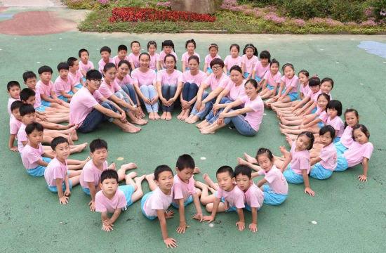 """组的老师与孩子们一同拍摄了一组题为""""美丽,真挚,童趣""""的毕业集体照.图片"""