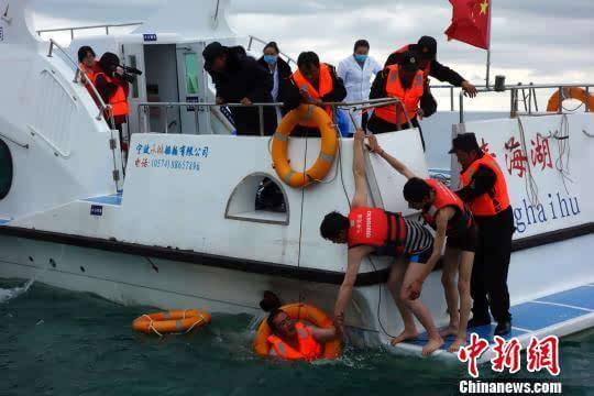青海湖举行大规模应急救援演练