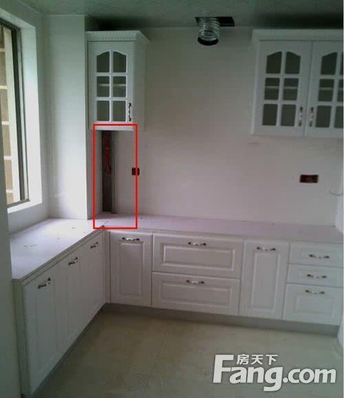 一般厨房墙角会有一根天然气管道,如果原样安装在厨房不美观,但是