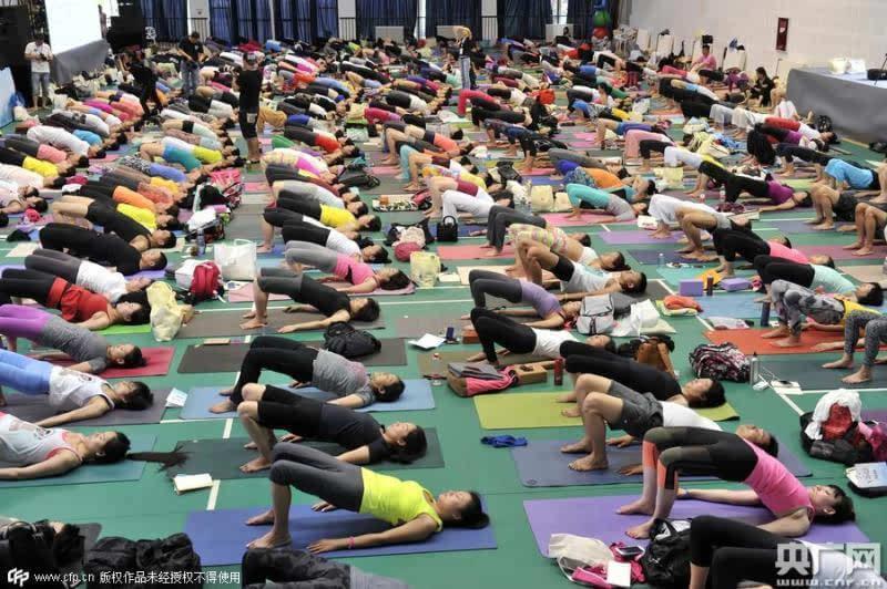 国际瑜伽日:印度大师为成都百名美女上瑜伽课