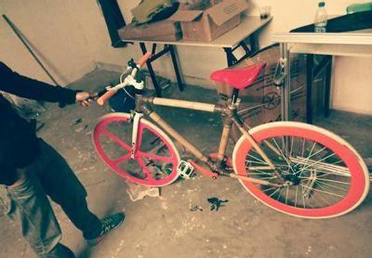 但是他也注意到,有些自行车的零件损毁严重,用什么材料来代替这些坏掉