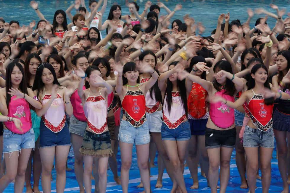 杭州数千名女生穿肚兜拍毕业照 清凉迎接毕业