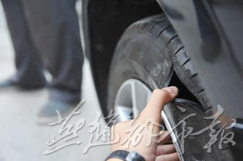 石家庄一小区内现毒手 30多辆私家车车胎被划