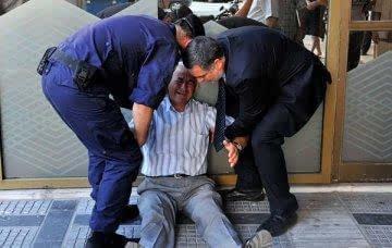 希腊官员 欧元区国家都不敢提让希腊退出高清图片