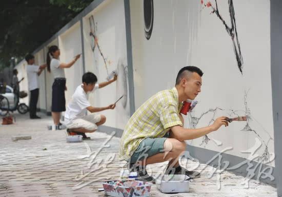 石家庄:志愿者墙绘水墨画 居民共创美丽社区