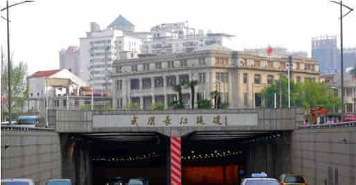 载客汽车全日禁止通行长江随道外,其它载客车辆通行长江二桥高清图片
