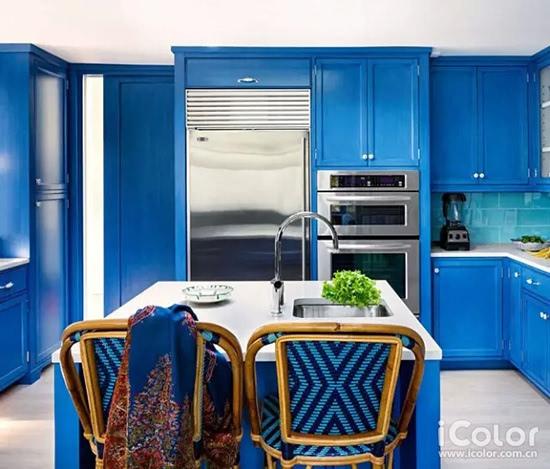 搭配上浅蓝色的沙发和碎花