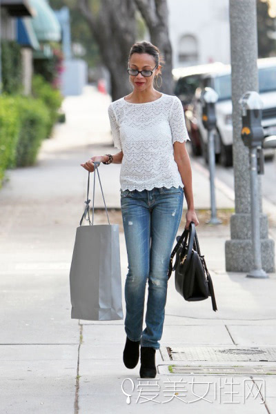 搭配要点:白色蕾丝短袖+牛仔裤