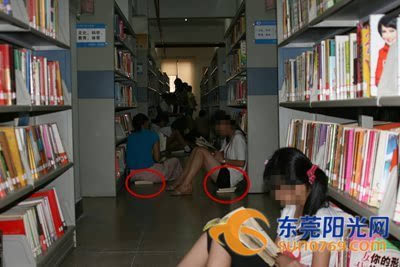 """把脚放在书架上,把图书当""""凳子""""垫着坐在地上看书,可谓""""花样百出"""",更图片"""
