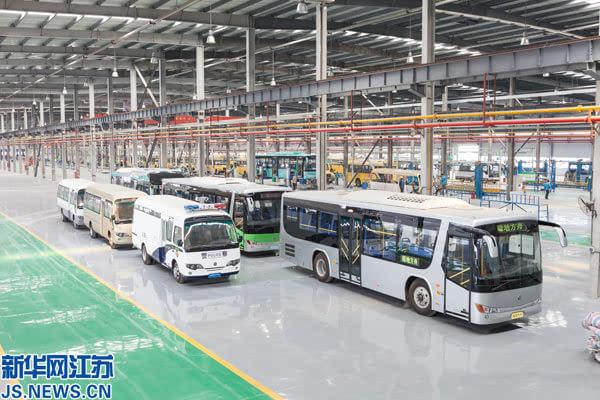图为江苏陆地方舟新能源电动汽车有限公司车间一角.